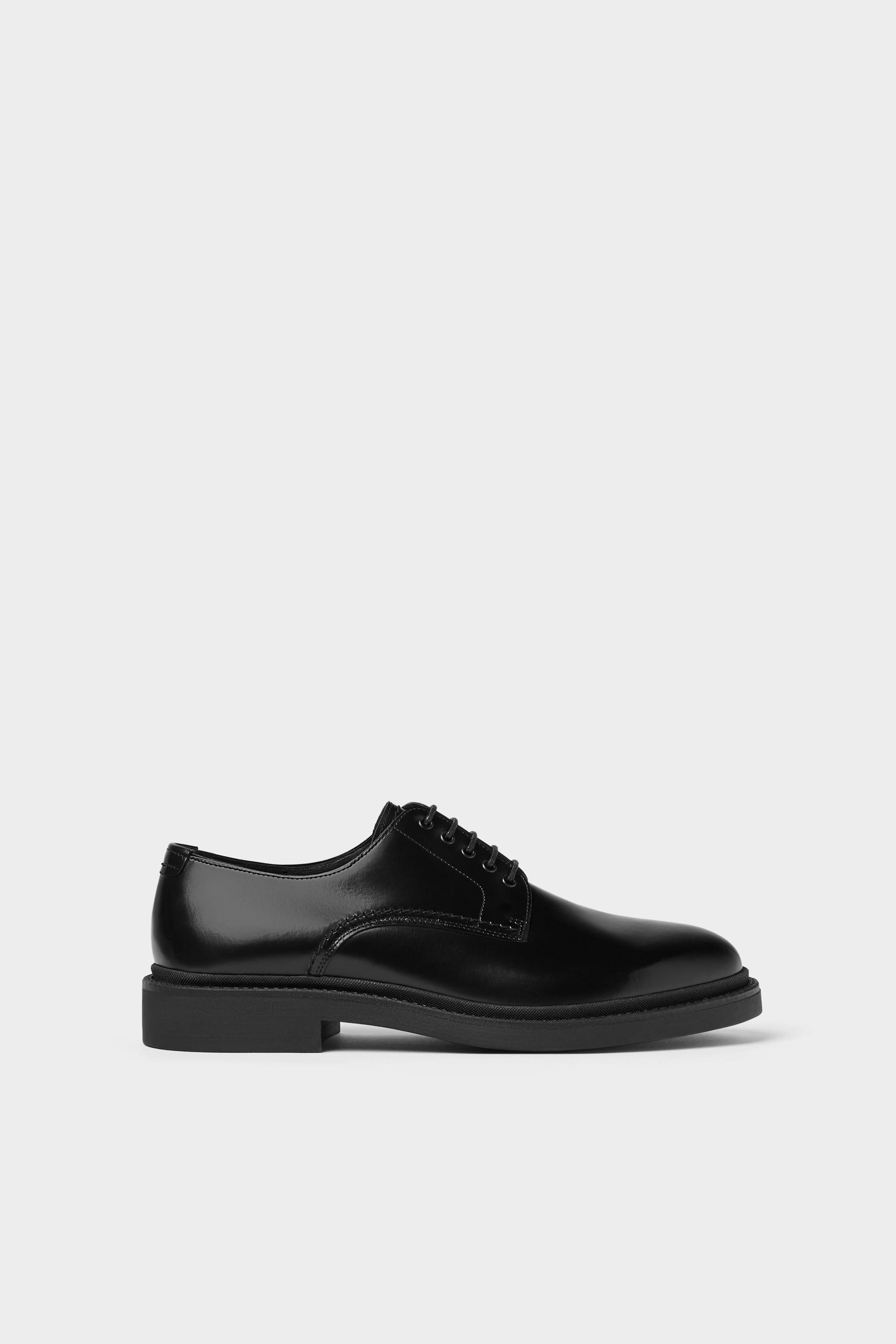 BLACK LEATHER SHOES WITH A GLOSSY FINISH