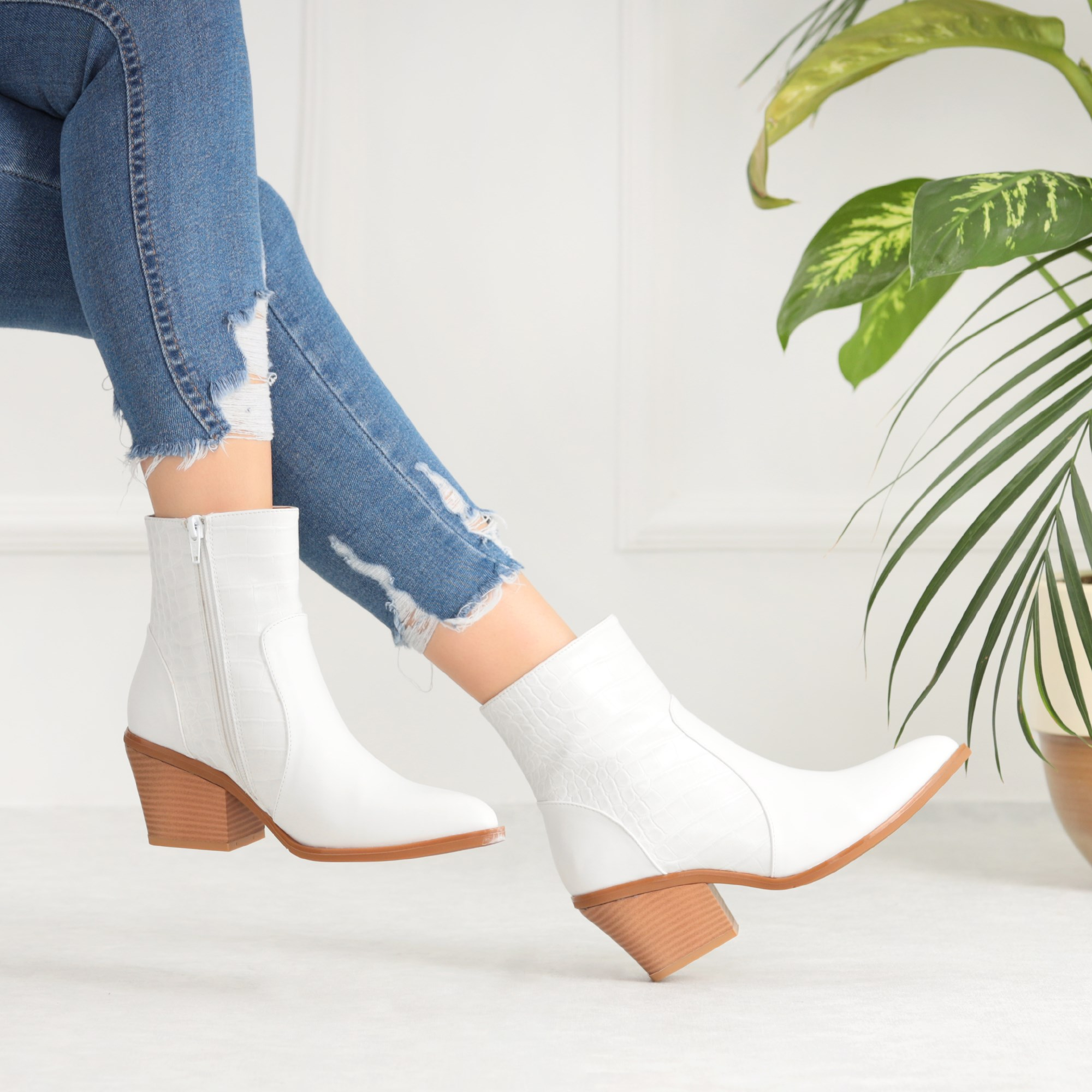 Emtoran White Crocodile Pointed Toe Boots